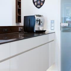 Kochinsel grifflose Konstruktion durch Alu-U-Profil: moderne Küche von Klocke Möbelwerkstätte GmbH