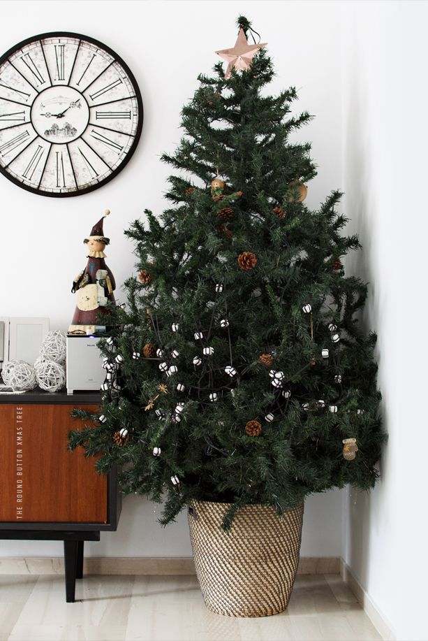 Minimalist Christmas tree  Xmas post #3 • Our tree | the Round Button