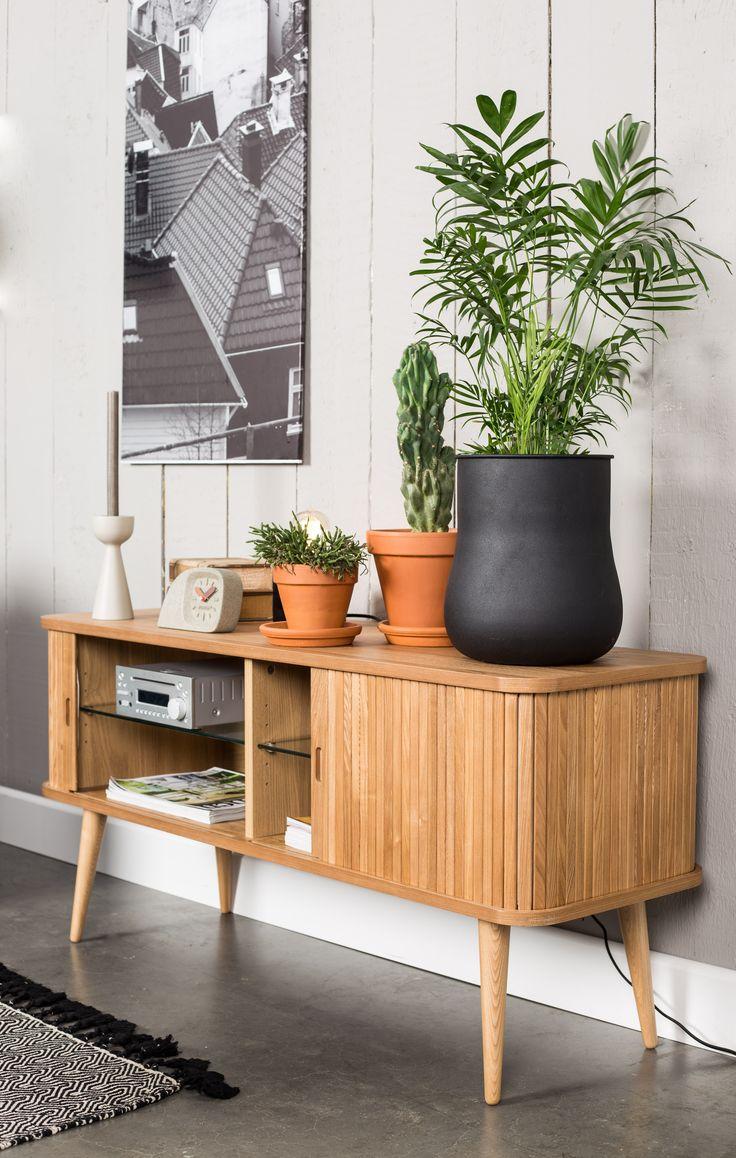 très beau buffet naturel en bois de frêne avec portes coulissantes pour un intérieur design et authentique #zuiver #wood #frene #bois #buffet #commode #sideboard #sidedish #design #inspiration #interiordesign #homedecor #salon