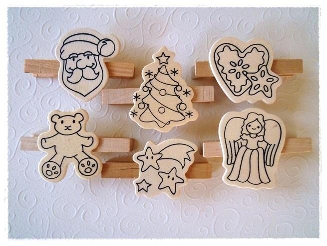 Dies sind sehr hübsche Wäscheklammern mit Weihnachtsmotiven zum Anmalen. Das bunte Foto zeigt, wie Sie die Klammern z.B. bemalen können.  Die Klammern