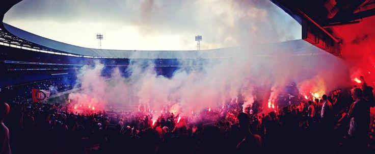 Feyenoordsupporters in De Kuip. Foto door Sander Martijn Baart.