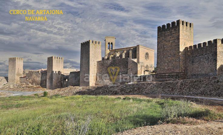 Vista del #cerco de #Artajona , el recinto amurallado de época #medieval mejor conservado de #Navarra http://arteviajero.com/