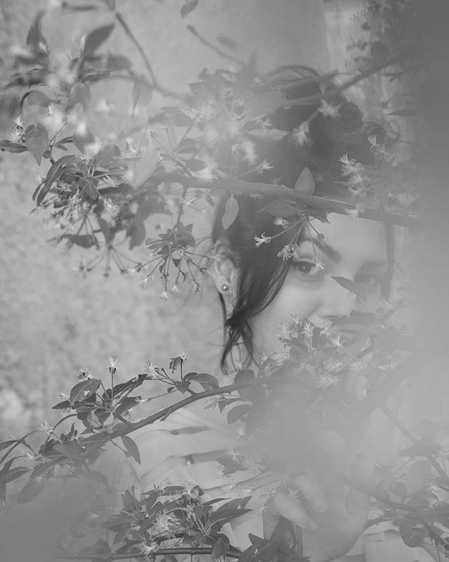 #day #portrait #portrait_shots #portrait_vision #portraitmode #photoshoots #photography #naturallightportrait #color #colorphotography #agameoftones #agameofportraits #dslr #girlphotography #girl #park #romaniangirl #orastie #portraitmood #photopose #colorphotography #colorportrait #canon1300d #yongnuo50mm  #photographylover #blackandwhite #blackandwhite #softphoto #tree #flowers