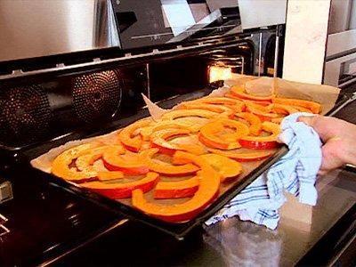 Das perfekte Kürbispommes-Rezept mit Bild und einfacher Schritt-für-Schritt-Anleitung: Backofen auf 250 °C vorheizen. Kürbis waschen, halbieren, mit…