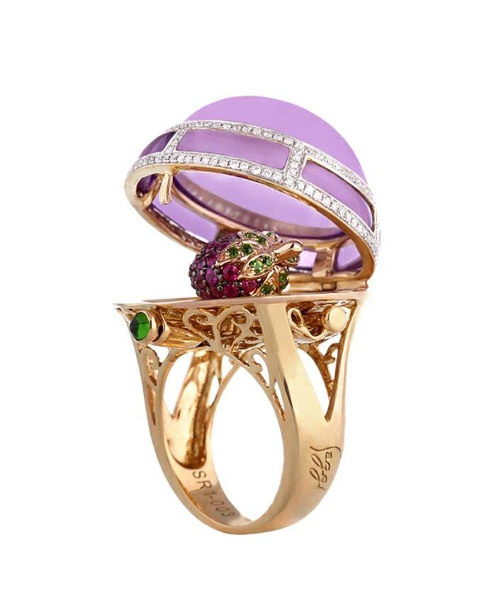Das Englische Schmuckhaus Saggi hat eine neue Kollektion von Luxus-Ringen herausgebracht. Schöner Schmuck in eine herausragende kleine Kollektion bei der es um massive Ringe geht; jeder davon ist aus Halbedelstein gemacht, mit Goldverzierung gerahmt und losen Diamanten geschmückt. Dies ist jedoch nur die äußere Hülle, darunter liegt eine andere Miniaturschmuck- Komposition.
