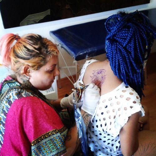 As máquinas já estão zumbindo em nosso FLASH DAY com a #tatuadora Fernanda Tenjou. No evento, Fernanda tatua desenhos de sua série inédita e exclusiva Zodíaco. Quer tatuar um dos signos com a Fernanda? É só chegar aqui na Almirante.     ALMIRANTE TATTOO (21) 2292-9338 almirantetattoo@gmail.com Av. Almirante Barroso, 63, sala 2612 CENTRO RIO DE JANEIRO     instagram.com/almirantetattoo facebook.com/almirantetattoo almirantetattoo.tumblr.com     #tattoobrasil #tattoobrazil #tattooriodejaneiro…