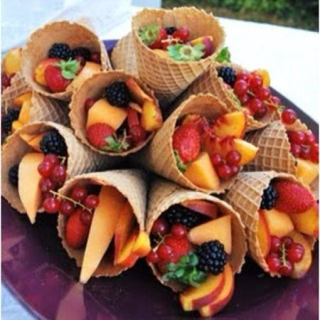 Para decorar a mesa casquinha de sorvete com frutas.