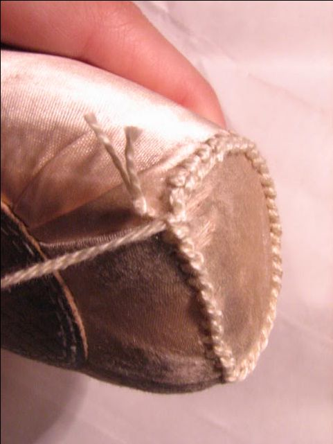 Darning Pointe Shoes (w/ pictures)  Image hotlink - 'http://i18.photobucket.com/albums/b120/SolaceInAmbiguity/IMG_3287.jpg'