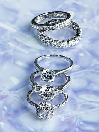 Harry Winston<写真上から>   ・スタイリッシュなチャネルセッティングのエタニティ。「ラウンド・チャネルセット・リング」[Pt]87万円~ ・ダイヤモンドの存在感が際立つプロングセッティング。「ラウンド・プロングセット・リング」[Pt]110万円~  ・初々しい花嫁の手にぴったりな「ソリティア・リング」。ダイヤモンドの鮮烈な輝きが美しい。[Pt,0.5ct台~]88万円~  ・センターストーンの両脇にテーパードバゲットをあしらた、ラグジュアリーな「ラウンド・クラシック・リング」。[Pt,中央1ct台~]270万円~ ・極細のアームに1周ダイヤをあしらったとても贅沢な「クッションカット・マイクロパヴェ・リング」。[Pt,中央1ct台~]359万円~(すべてハリー・ウィンストン)2016年2月15日現在