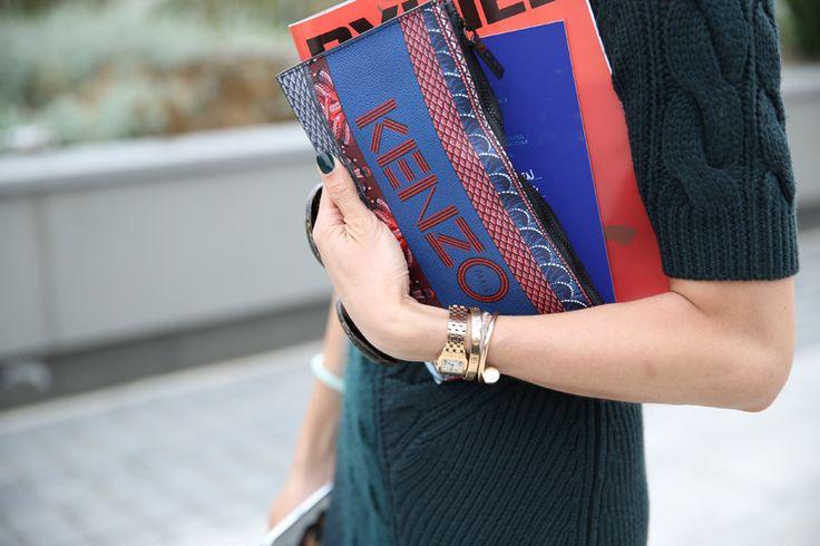 Pochette Kenzo, montre et bracelets Cartier http://www.vogue.fr/defiles/street-looks/diaporama/street-looks-a-la-fashion-week-de-paris-jour-6-1/15481/image/861835#!pochette-kenzo-montre-et-bracelets-cartier