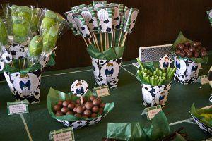 decoración de comunión en tonos verdes. futbol