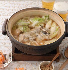 水炊きやしょうゆ味の鍋にはちょっとマンネリすぎるな、と思ったらこの鍋がおすすめ。コクと香りの強い練りごまをスープに溶かして、こっくりとした味に仕上げます。最初に鶏肉を入れて、火を通しながら肉のうまみもスープに生かします。油揚げもコクとうまみ出しになるのでたっぷり入れるのがポイントです。具はいつもと同じでも、全く違った味わいが楽しめるので、ぜひお試し下さい。