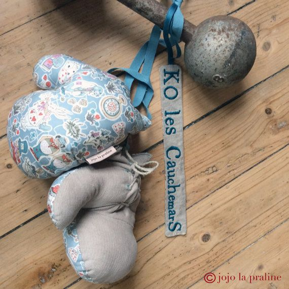Attrape rêves en gants de boxe thème Alice au par Jojolapraline