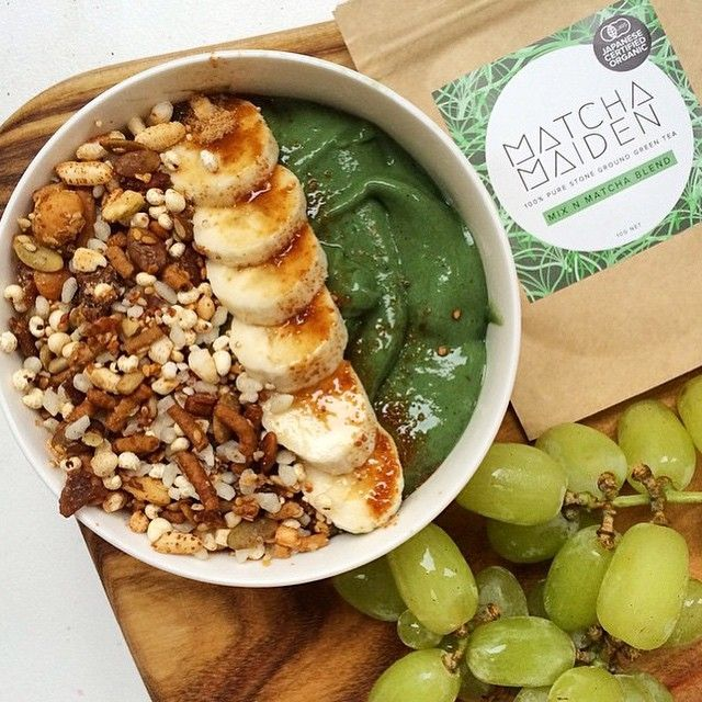 """""""SMOOTHIE BOWL BLISS what a beautiful #superfood spread full of #green goodness by @aliveandwellness Banana + mango + #spirulina + #matchamaiden…"""""""