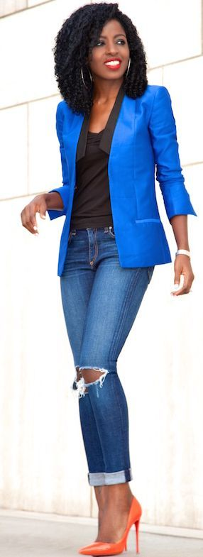 Blue Blazer Fall Streetstyle. That bright blue blazer is sticks in a beautiful way