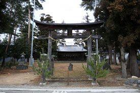 長野県安曇野の諏訪神社です。-Suwa Jinja (Azumino City,Nagano)-諏訪神社というと全国に多く点在している神社の一つです。安曇野にあるといっても、やはり幾つかあり、写真は三郷地区の諏訪神社です。 本殿は1780年に建立された市指定文化財で、長野県ではよく見られる一間社流造の建築様式です。こんな風に拝殿から鏡越しに見えます。