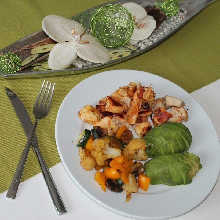 Hähnchen Gemüse und Avocado . Alles wichtige für den Körper dabei: - Eiweiß durch das Hähnchen - Vitamine durch das Gemüse - Avocado für die gesunden Fette Am Abend dann natürlich auch schön #lowcarb  #essen #protein #münster #fitnessaddict #fitfam #lecker #muscle #fitness #lifestyle #fitspo #keepgoing #instafit #eatclean #healthy #instagood #fitnessfood #foodinspiration #gymfood #fitnessrecipe #dubistwasduisst #fitnessrezept #delicious #foodporn by fitmarc_ms