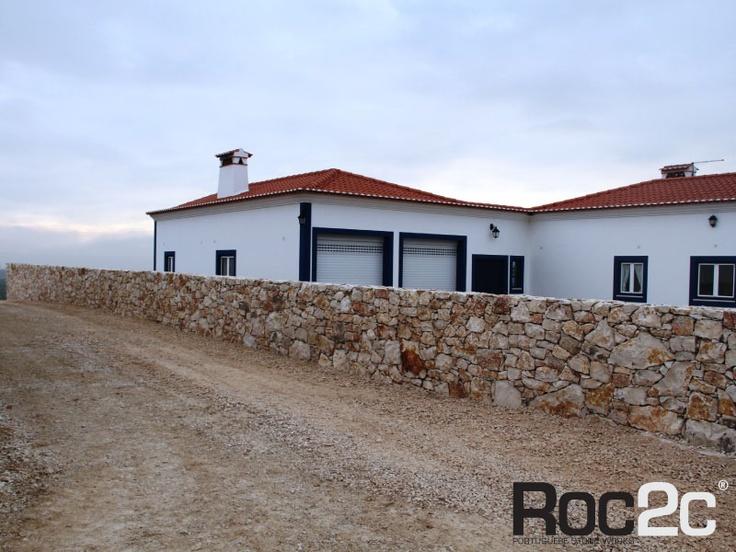 Muro em pedra grossa natural, Santarém, Portugal