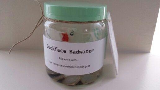 Geld cadeau doen? Doe de munten met wat water en een badeendje in een lege pot. Duckface Badwater - om samen in het geld te zwemmen.  # geld #cadeau #diy