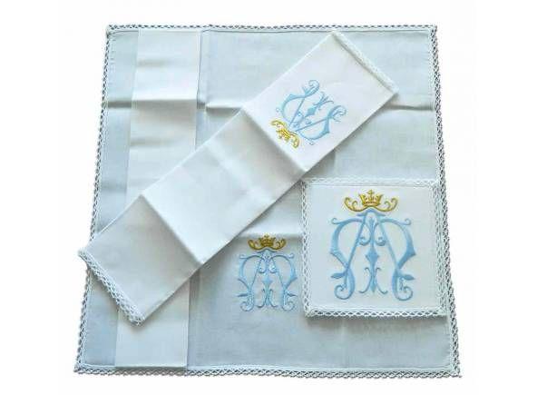 Conjunto de altar con el símbolo mariano bordado / Marian altar linen set: Chalice pall, corporal, purificator and hand towel (2/2). http://www.articulosreligiososbrabander.es/conjunto-de-altar-con-el-simbolo-de-la-virgen-bordado.html