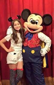 Karol Sevilla con Mickey Mouse