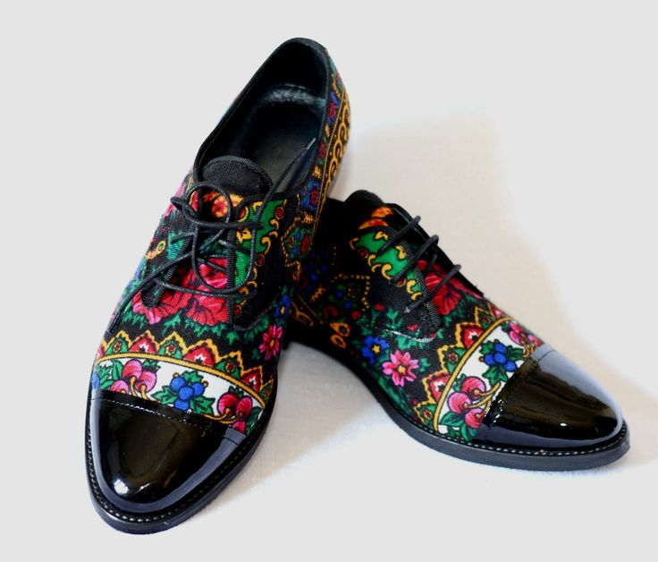 "Pantofi ""Back in Black"" Pantofi combinatie textil (basma traditionala) si piele lacuita. Interior din piele."