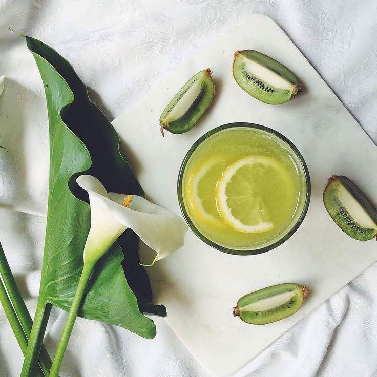 Per una colazione detox ti consiglio un bel Centrifugato / Estratto Kiwi Pera Spinaci Cetriolo Zenzero e Limone  Tagga un amico per condividere la ricetta  2 Kiwi sbucciati  1 Pera  4 foglie di spinaci freschi  1/2 Cetriolo  Un pezzetto di zenzero fresco  by @unpizzicodiviola (seguite a sua pagina e i suoi racconti ) #buongiorno #buongiornocosi #colazione #colazioneitaliana #colazionetime #buongiornomondo #instacolazione #buonacolazione #breakfast #breakfastistheway #italianbreakfast…