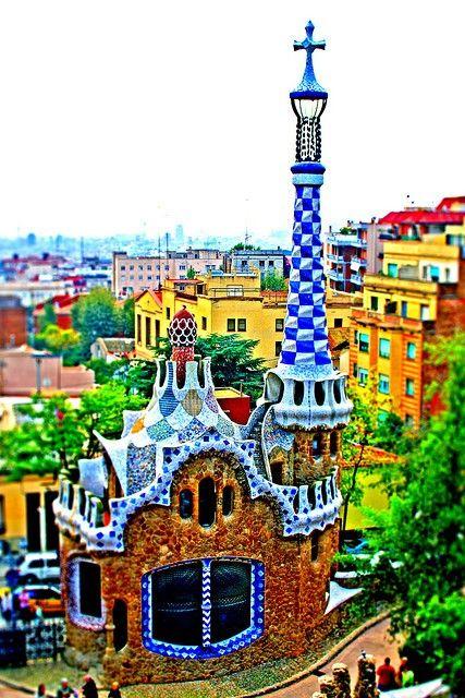 Parc Güell, Barcelona. Reflejo de la plenitud artística de Gaudí en su etapa naturalista. Debe su nombre a Eusebi Güell, rico empresario catalán. Hombre polifacético y de gran cultura, fue escritor, pintor, lingüista, químico y biólogo, militó en el catalanismo y fue diputado en las Cortes (1878). En 1910 fue nombrado conde por Alfonso XIII. Amigo íntimo y mecenas de Gaudí. Para el conde Güell, Gaudí construyó, el Parque, el Palacio, las Bodegas, los Pabellones y la cripta de la Colonia…