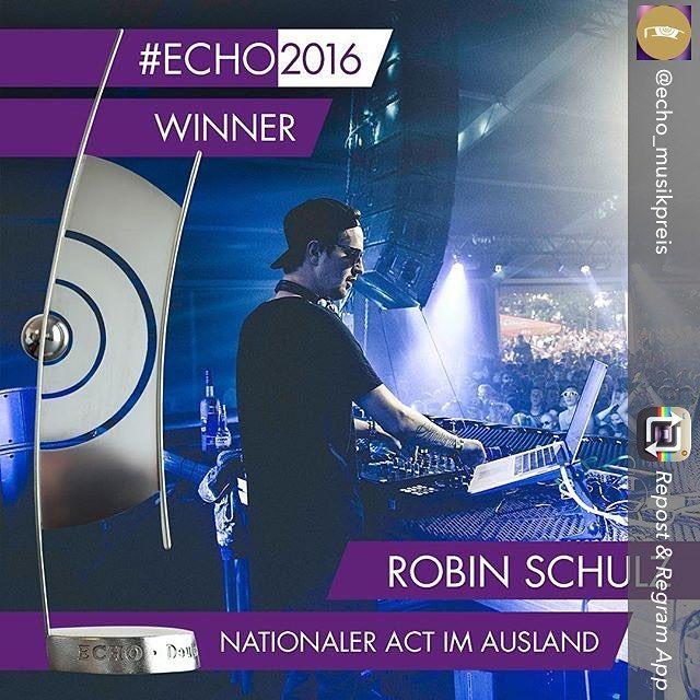 Repost from @echo_musikpreis using @RepostRegramApp - @robin__schulz ist weltweit wahnsinnig erfolgreich. Dafür gabs von Scorpions-Frontmann Klaus Meine den verdienten #ECHO2016! #charts #musik #pop #gala #promis #music #instamusic#favoritesong #bestsong #photooftheday #echo #rock