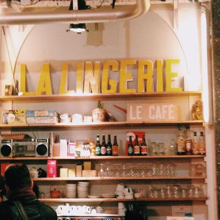Bar insoliti e accoglienti. Quanto mi mancherai #paris. #igersparis #igmasters #igersfrance #bars #bar #cozy #hipster #iphonesia #iphoneonly #vsco #vscocam #vscogood #picoftheday #minimal #ayellowmark #vintage #folk #liveauthentic #livefolk #c1 #saturday #saturdaynight