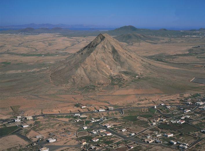 Montaña de Tindaya, algo más que tierra. En Ella se esconden leyendas y misterios - foto de Oliviero Daidola
