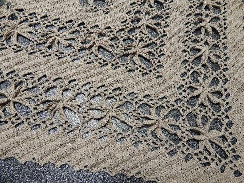 Tejido triangular con flores en linea que lo puede utilizar para chal capa segun el hilo o estambre que use al tamaño que necesite.