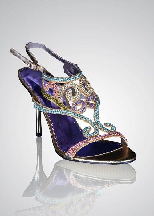 Tips to Help #Indian #Bride Buy Her #Wedding #Shoes - Walk around with shoes Lovely Indian bride wedding photography desi www.weddingstoryz.com Wedding Storyz| Indian Bride | Indian Wedding | South Asian | Bridal wear | Lehenga | Bridal Jewellery | Makeup | Hairstyling | Indian | South Asian | Bridal Shoes Bridal footwear