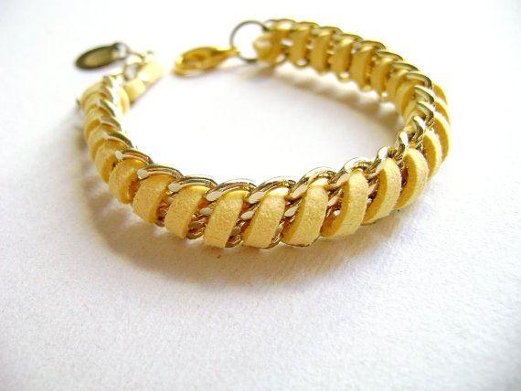 Goldie - tendenza eco giallo morbido camoscio catene d'oro frienship boho bracciale - Bracciale in pelle scamosciata vegan - accatastamento impilati bracciale on Etsy, 18,77€