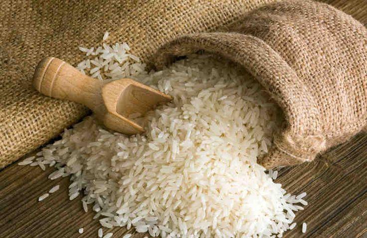 """Рисовые зерна во все времена были символом достатка и благополучия. Именно поэтому на свадьбах рис бросают под ноги новобрачным, чтобы жизнь у них была, как """"полная чаша"""".  Великое множество вкуснейших блюд готовится из риса или с добавлением риса. Но на этом полезности риса для домашнего хозяйст"""