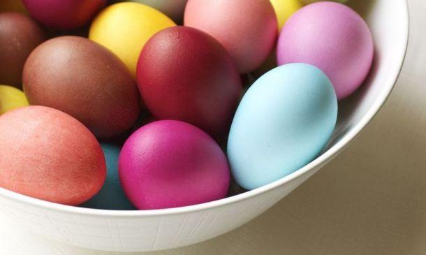 Και όμως υπάρχουν φυσικοί τρόποι που μπορεί κάποιος να βάψει τα αβγά του για το Πάσχα, χωρίς να χρησιμοποιήσει τις βαφές που κυκλοφορούν στο εμπόριο....