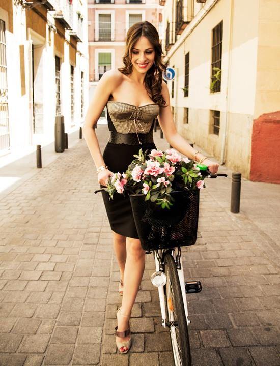 Eva González - Blog 'Las Tentaciones de Eva' 2012/2013  http://las-tentaciones-de-eva.blogs.elle.es/2013/08/06/asi-se-hizo-1a-parte/  corsé de LILY BLOSSOM, la falda tubo de LANVIN. Las pulseras son de ARISTOCRAZY y de SUÁREZ y el cinturón es de ALÏA. Los zapatos son de DIOR.