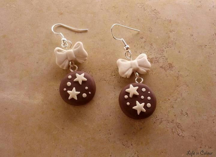 Orecchini con pan di stelle e fiocchetto bianco realizzati in fimo - Life in Colour Accessori Handmade #earrings