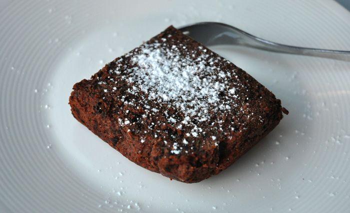 Vegansk og glutenfri kladdekake med svarte bønner.