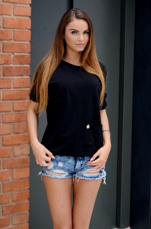 Dziewczęca bluzka z krótkim rękawem typu 1/2, posiadająca lekko wydłużony tył oraz dekoracyjną kieszeń z przodu. Oryginalnie zapakowana z kompletem metek, wykonana z najlepszych materiałów. Modny design i niepowtarzalny wygląd, doskonała do uzupełniania wielu codziennych stylizacji.