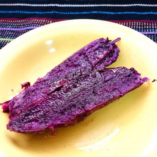 Batata-doce roxa cozida no microondas com mel