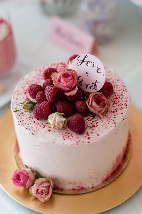 Ideen für die Candybar und Hochzeitstorte   http://Friedatheres.com  berry weddingcake  Fotos: Rebecca Conte Backwerke: Naschwerk & Co. Papeterie: 101living