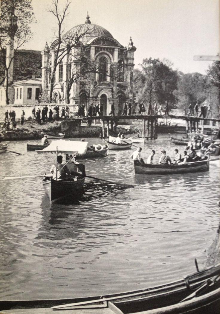 ✿ ❤ Bir zamanlar İstanbul, Kâğıthane Deresi'nde kayık sefâsı yapanlar ve arkada Sâdâbad Camii (Tarih: ?).