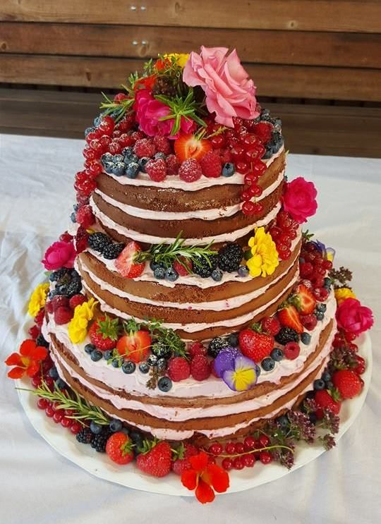 trend hochzeitstorte 2016 naked cake mit beeren fr chten und essbaren blumen bl ten silvia. Black Bedroom Furniture Sets. Home Design Ideas