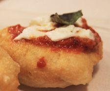 MONTANARA preparata con l'impasto della pizza tagliato in piccoli pezzi e fritto, farcito ancora caldo con pomodoro, basilico e fiordilatte.
