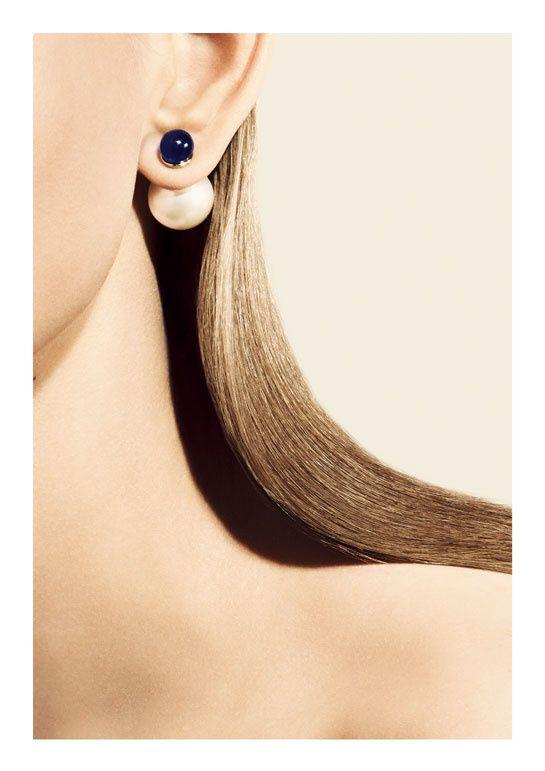 """La boucle d'oreille unique """"Mise en Dior"""" Camille Miceli Christian Dior Perles Bleue et blanche ... Quel modèle choisir ?"""