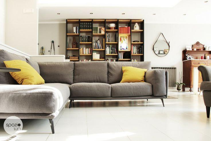 IL DIVANO :: Il grande divano angolare, in lino grigio e dallo stile retrò, è il centro dell'ambiente. Comodo e accogliente è stato pensato per accogliere tante persone per vedere un film in compagnia. #casa #interni #interior #design #home