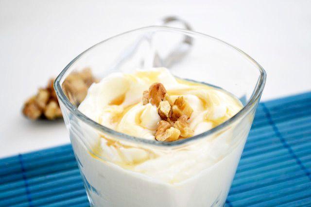 Mit diesem Rezept für Griechisches Joghurt holen sie etwas Urlaub zurück! Wird mit Nüssen zubereitet und ist auch in der Herbst- Winterzeit ein Genuß.