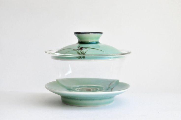 Dieser 3-teilige Gaiwan aus Glas ist ideal für die Zubereitung von großblättrigen Tees wie beispielsweise Oolong oder Pu Erh Tee. Glas ist ideal um die Schönheit von Tee auch optisch zu genießen. Der Deckel und die Untertasse...