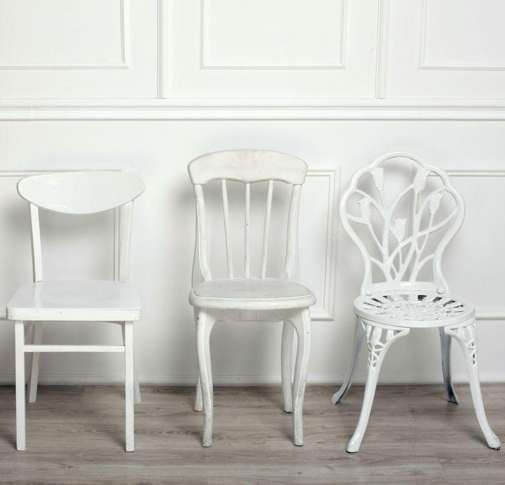 Los que tenéis familia grande recolectaréis sillas para la cena de Navidad. Mezclando sillas plegables, de cocina, de salón, taburetes del baño, e incluso de otras casas. Eso tiene un encanto especial. Si vas a comprar sillas para estas fiestas, acuérdate de mezclar. Prepárate para las fiestas con un batiburrillo de sillas. #sillas #cenadenavidad #sillon #banquito #puff #decoracion #deco http://elmercadodemaria.com/blog/?p=1304